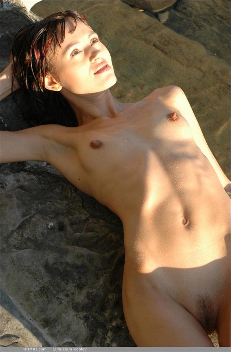 У девушки маленькая грудь и большие соски 21 фотография