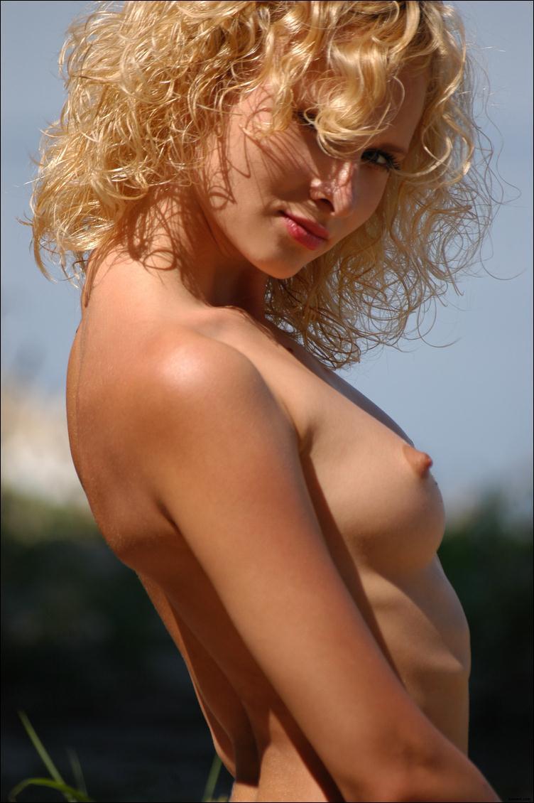 фото голой блондинки с кудрявыми волосами в профиль