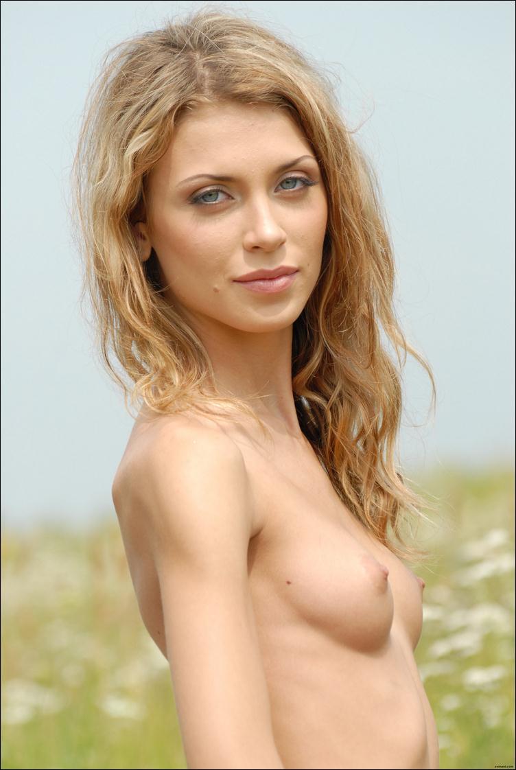 Худая блондинка в профиль