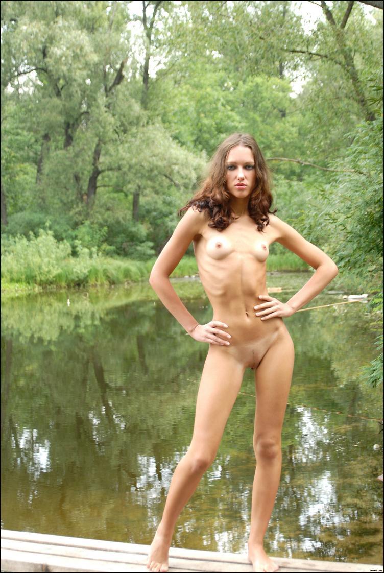 Бритая киска и маленькая грудь у девушки на пруду