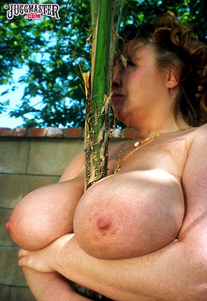 зрелая баба с большими дойками