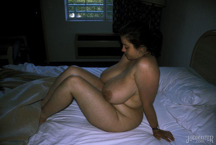 толстая баба с большими грудями на кровати
